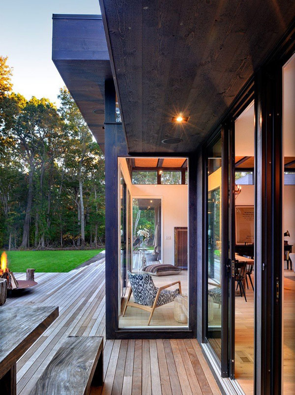 ระเบียงไม้หน้าบ้าน