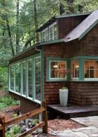 ขอบหน้าต่าง สีเขียว ขาว บ้านไม้