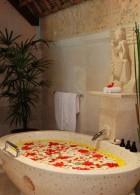 อ่างอาบน้ำสวยๆ สีขาว ห้องน้ำ โรแมนติก