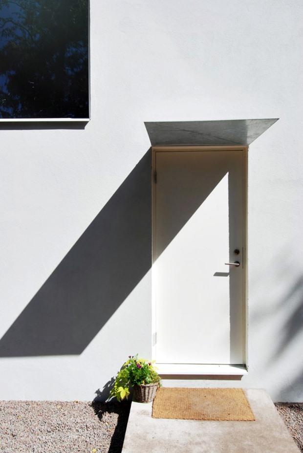 ประตูบ้าน สีขาว แบบทางเดินหลังบ้าน