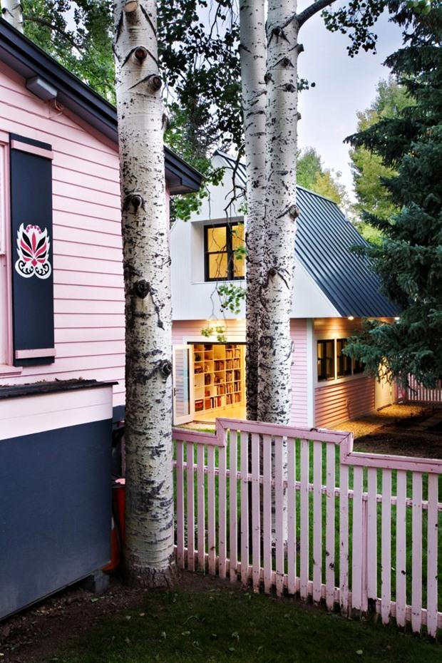 รั้วบ้าน รั้วไม้ สีชมพู