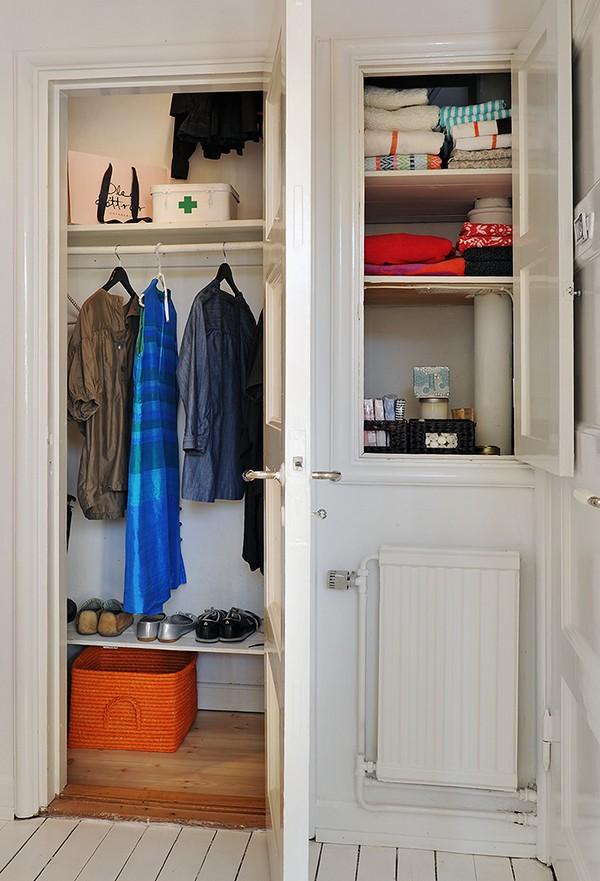 ตู้เสื้อผ้าสีขาว ในห้องนอนขนาดเล็ก