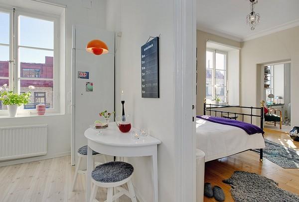 โต๊ะครึ่งวงกลม สีขาว แนบชิดฝาผนัง เก้าอี้ไม้กลม ขนาดเล็ก