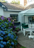 จัดสวนดอกไม้ โต๊ะ เก้าอี้ นั่งเล่นในสวนกลางแจ้ง