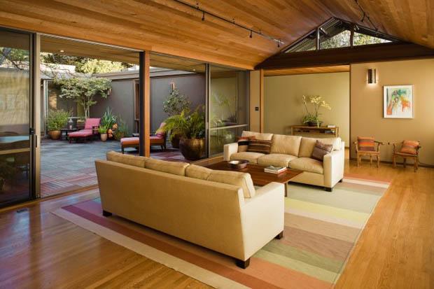 สร้างห้องนั่งเล่นให้ร่มเย็น ด้วยการจัดสวนขนาดเล็กไว้ในบ้าน