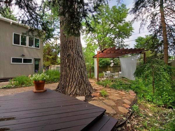 แบบไอเดีย จัดสวนบริเวณบ้าน ซุ้มไม้ระแนง สีน้ำตาล