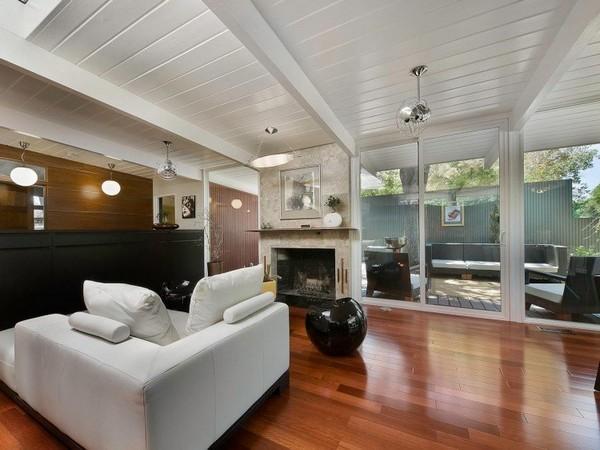ทาสีเพดานไม้ สีขาว พื้นไม้ลามิเนต ขัดมันแวววาว