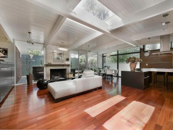 ตกแต่งเพดานไม้ ทาสีขาว เฟอร์นิเจอร์ห้องนั่งเล่น สีขาว