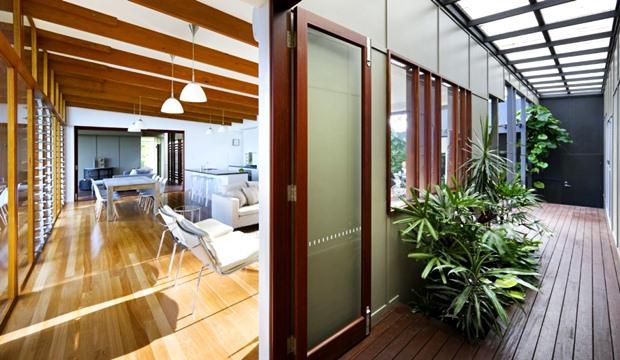 ประตูบานกระจก ขอบคิ้วไม้ พื้นทางเดินไม้ ปลูกต้นไม้ในบ้าน