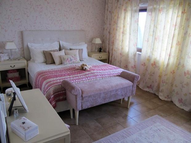 เตียงนอน เก้าอี้ปลายเตียง ห้องนอนสีชมพู วินเทจ