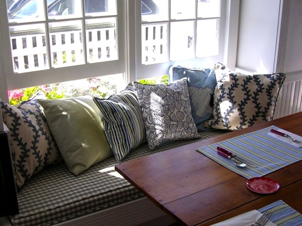 หมอน ปลอกหมอนสวยๆ เตียง ที่นอน เล่นริมหน้าต่าง