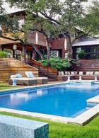 บ้านไม้ขนาดใหญ่ จัดสวน สระว่ายน้ำ สไตล์โมเดิร์น ทันสมัย