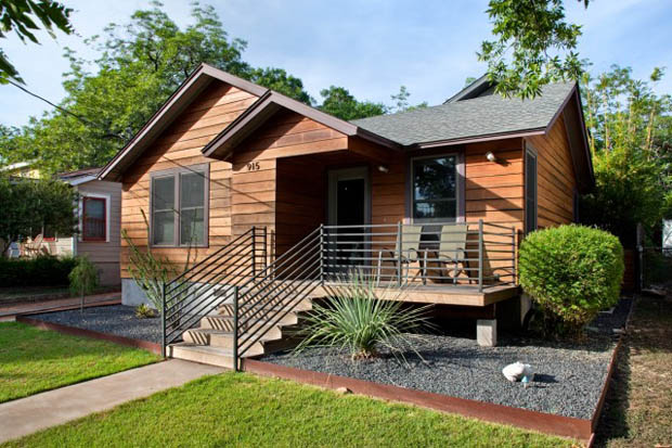 แบบบ้านไม้ 2 ชั้น มีระเบียงไม้ หน้าบ้าน