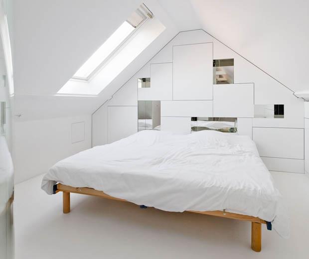 เตียงนอนไม้ ผ้าปูที่นอนสีขาว