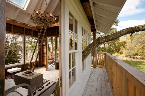 ระเบียง หน้าต่างไม้ สีขาว บ้านไม้หลังเล็กๆ