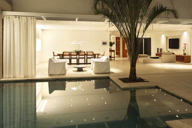 สระว่ายน้ำขนาดเล็ก ปลูกต้นมะพร้าวไว้ในบ้าน