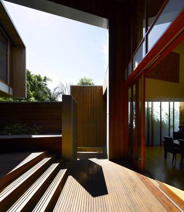 ประตูบ้านไม้ แบบบานพับโบราณ