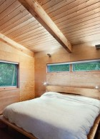 ตกแต่งห้องนอน ภายในบ้านไม้ริมแม่น้ำ