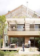 แบบบ้านไม้ 2 ชั้น มีระเบียงไม้หน้าบ้าน