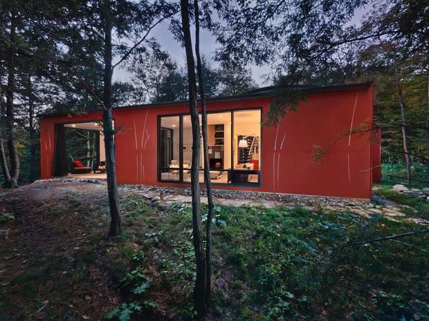 บ้านสไตล์โมเดิร์น ชั้นครึ่ง หลังสีแดง