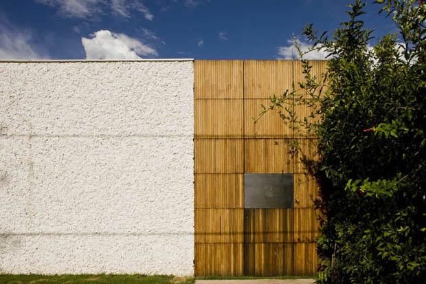 ผนังบ้าน ปูนโปะ สีขาว