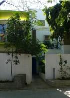 บ้านทาวน์โฮม ทาสีเขียว กั้นรั้วปูน