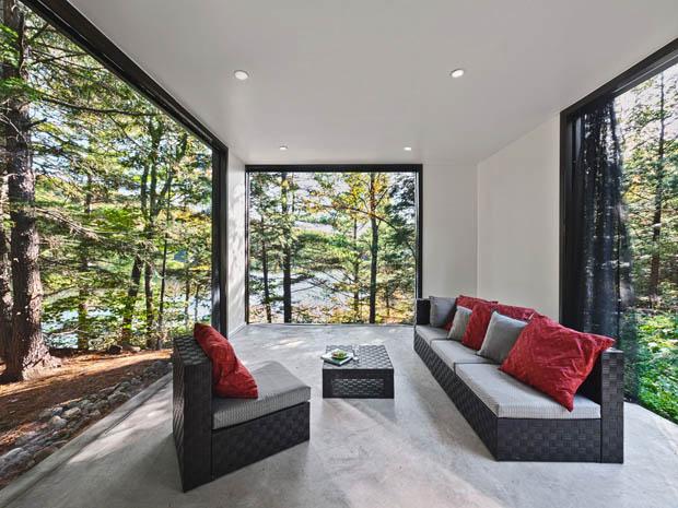 ห้องนั่งเล่น ผนังกระจก ดูป่าไม้