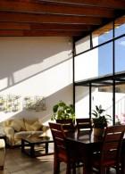 ห้องนั่งเล่นภายในบ้าน เปิดรับแสงจากภายนอก