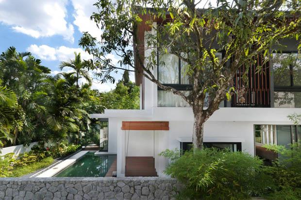 กำแพงหิน รั้วบ้าน ปลูกต้นไผ่ ต้นมะม่วงริมรั้ว