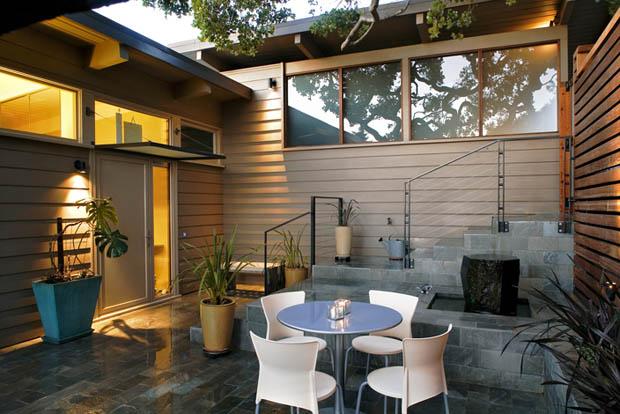 จัดสวนหน้าบ้าน เก้าอี้สีขาว โต๊ะกลม