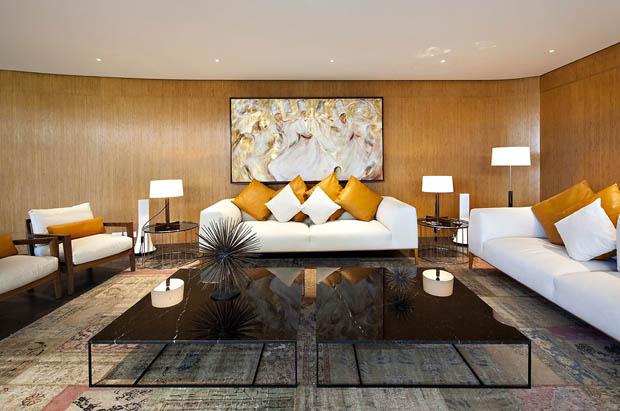 แบบห้องนั่งเล่น โซฟาขาว หมอนอิงขาว ส้ม