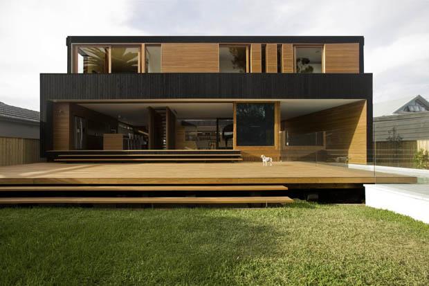 ระเบียงไม้ บนสนามหญ้าหน้าบ้าน