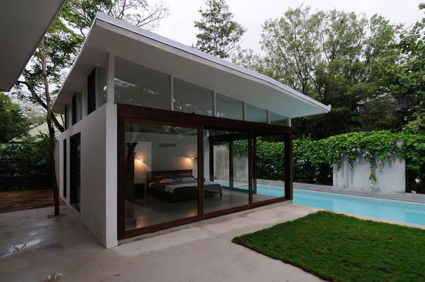 ห้องนอนริมสระว่ายน้ำ