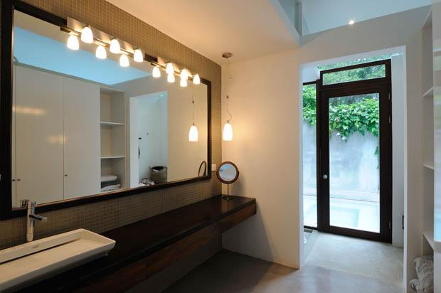 โคมไฟ ในห้องน้ำ กระจกบานใหญ่