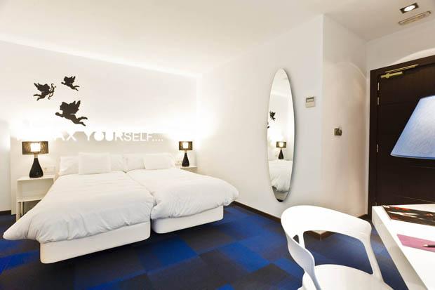ห้องนอนสีขาว เตียง ผ้าห่ม สีขาว