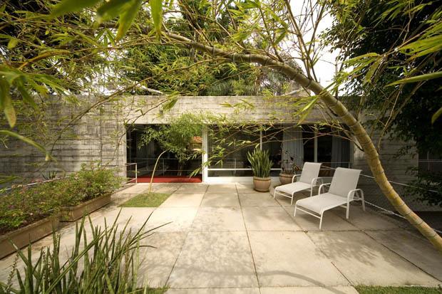 เก้าอี้ในสวน สีขาว ออกแบบสวนนั่งเล่น พื้นซิเมนต์สำเร็จรูป