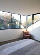 แสงภายนอกเข้าทางหน้าต่างกระจก ในห้องนอน