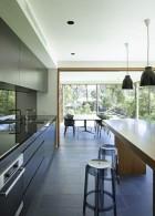 แบบห้องครัวโล่งกว้าง พื้นกระเบื้องสีเทาดำ