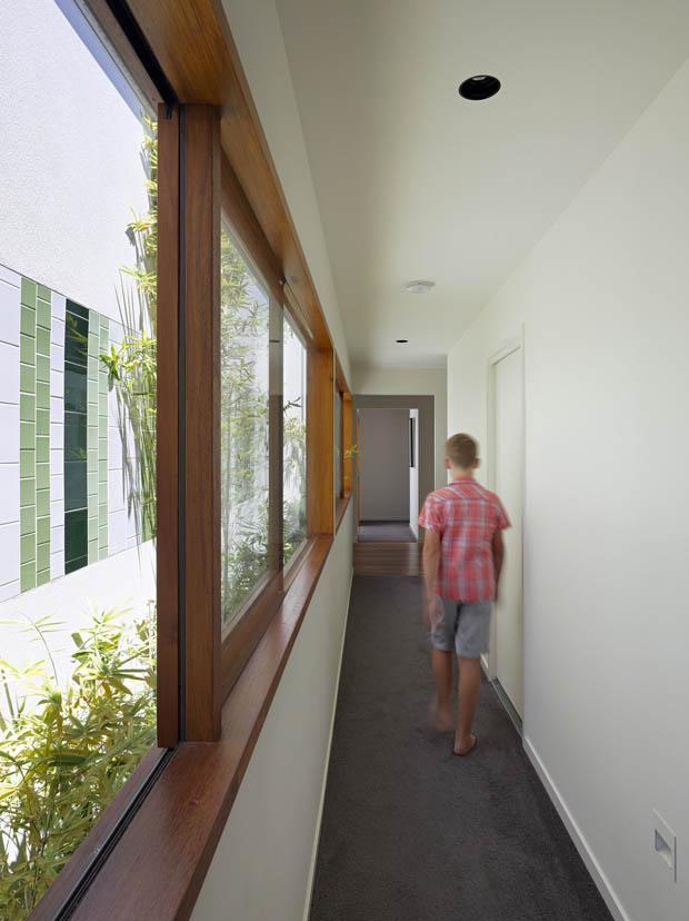 ช่องทางเดิน บนบ้านชั้นสอง จัดสวนข้างหน้าต่าง