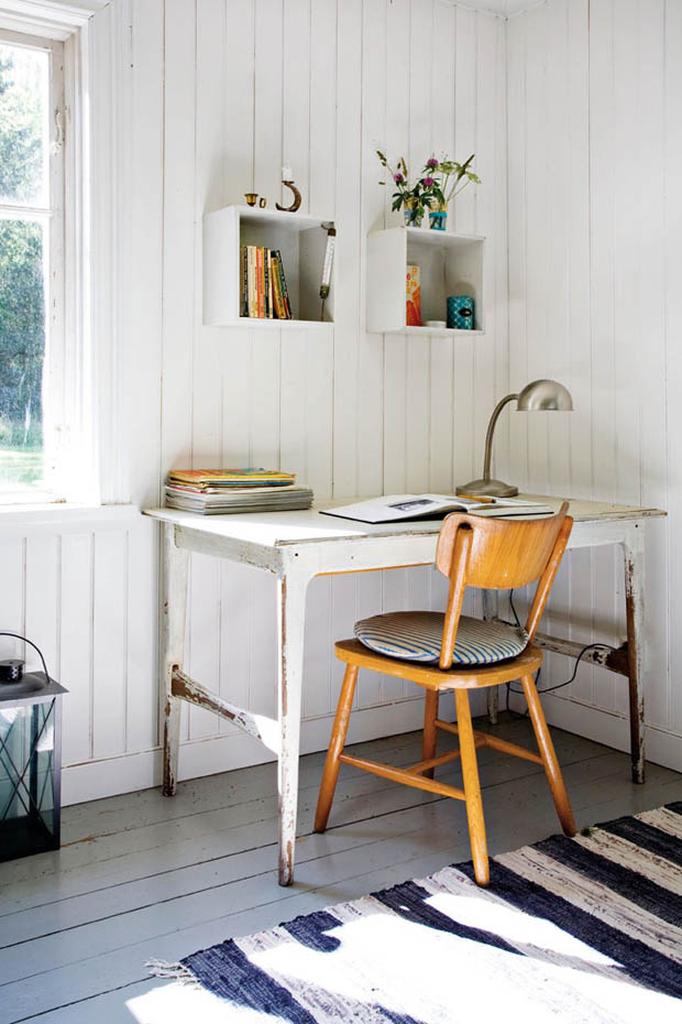 มุมโต๊ะทำงาน แต่งเรียบง่าย