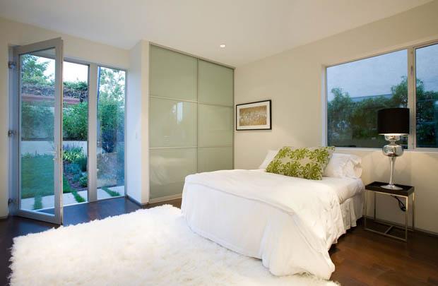 ห้องนอนขนาดเล็ก สีขาว เขียว