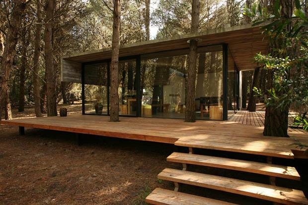 แบบบ้านยกพื้น มีลานระเบียงไม้กว้างๆ