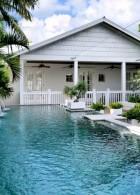 แบบบ้านไม้สีขาว ชั้นเดียว มีสระน้ำหน้าบ้าน