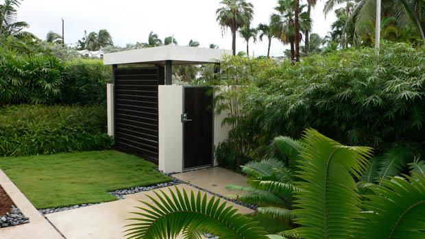 ประตูรั้ว กำแพงบ้าน จัดสวนสวยๆ ริมผนังกำแพง
