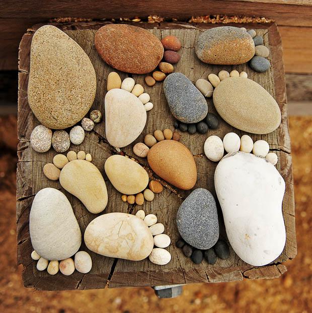 จัดวางหินเป็นรูปเท้า