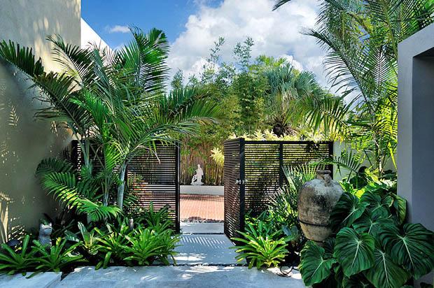 จัดสวนหน้าบ้าน ริมประตูรั้ว