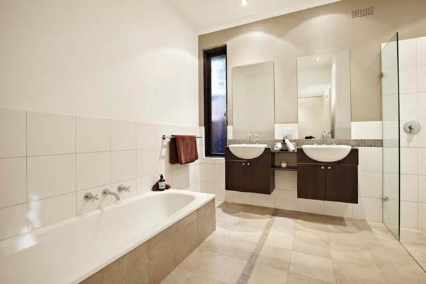 แบบห้องน้ำ มีอ่างแช่น้ำ และฉากกั้นอาบน้ำ