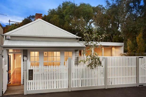 แบบรั้วบ้านสวย รั้วสีขาว รั้วไม้ เสาปูน