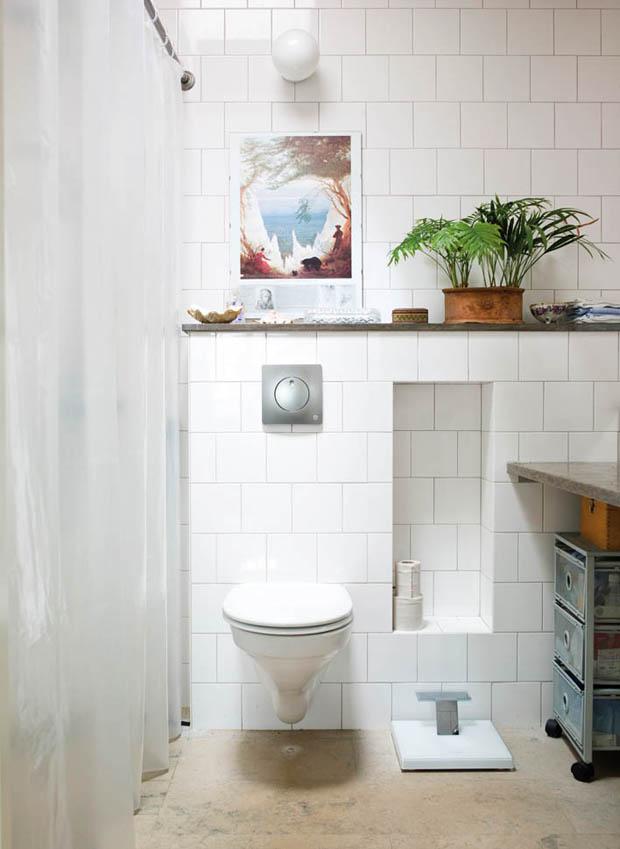 ภาพห้องน้ำขนาดเล็ก ปูกระเบื้องสีขาว สวยงาม