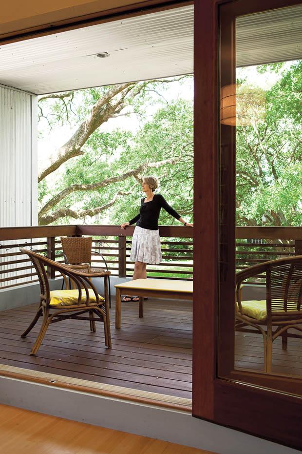 ระเบียงไม้ ประดับเก้าอี้หวาย นั่งเล่นนอกชาน
